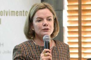 """A senadora Gleisi Hoffmann (PR), eleita para a Câmara dos Deputados, reafirmou que é necessário """"erguer a cabeça"""" e manter a luta"""