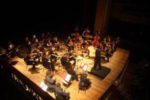 Sob a regência do maestro Luís Gustavo Petri, o grupo executa a icônica Sinfonia nº 9, Coral, op. 125, de Beethoven