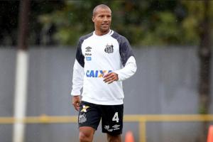 O volante Carlos Sánchez desfalca o Santos por no mínimo um jogo