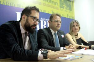 Kliman (centro) esteve no DL acompanhado do advogado Mário Badures e da advogada Michelle Tizziani