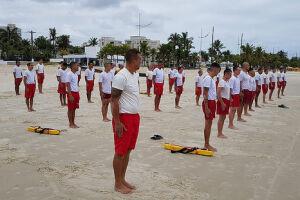 Aos finais de semana, os alunos participam de estágios supervisionados nas praias da Cidade