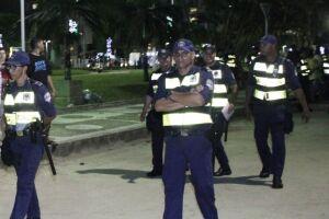 Guardas municipais patrulhando trecho da orla da praia, em Santos.
