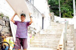 Tonho, um senhor franzino de 62 anos, segue sendo a referência do trabalho fundamental aos moradores de um dos principais morros santistas