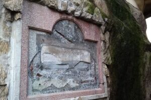 Placa de ferro fundido que identificava a edificação como núcleo inicial da vila de Santos no século XVI.