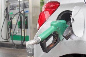A alta ocorre em um momento em que a Petrobras pratica cortes sucessivos no preço da gasolina