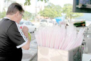 Faltam menos de dez dias para entrar em vigor a Lei Complementar 1.010 que proíbe o uso de canudos plásticos