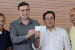 O cheque foi entregue pelo presidente da Câmara, Rodrigo Ramos Soares (Rodrigo Alemão)