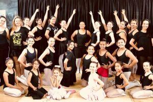 O espetáculo 'Vila do Meio-Dia', com apresentações de danças, ballet e teatro, é uma das atrações
