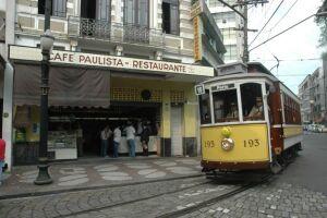O passeio do Bonde tem saídas na Estação do Valongo, custa R$7,00 e tem capacidade para 50 passageiros