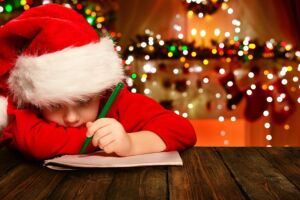 Crianças carentes escrevem cartas ao Papai Noel e voluntários às retiram nos Correios.