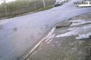 Câmera de monitoramento captou a abordagem e o momento em que a vítima é levada para carro