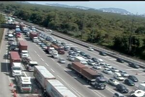 O tráfego está bloqueado no km 253 da Cônego Domênico Rangoni, sentido Guarujá