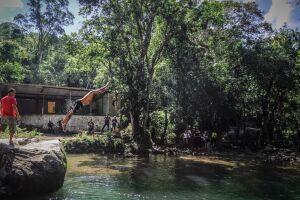 Cachoeiras da região chegam a reunir mais de seis mil pessoas por final de semana ensolarado.
