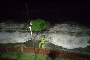 Vídeo de ressaca em outubro mostra que trecho sem barreira é afetado de maneira superior