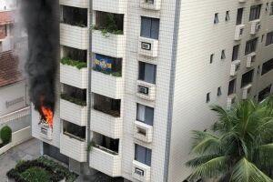 Chamas atingiram também os apartamentos acima.