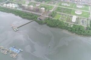 Mancha de óleo foi detectada pela Codesp na região da Alemoa, na tarde do último domingo