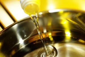 A campanha tem como objetivo conscientizar a população sobre a reciclagem do óleo de cozinha usado e a meta de recolher 1.000 litros do produto durante o mês