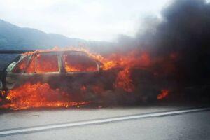 Carro ficou completamente destruído após o incêndio