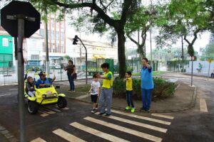 Uma boa pedida para a garotada nas férias é participar do projeto Minicidade do Trânsito da Companhia de Engenharia de Tráfego (CET-Santos)