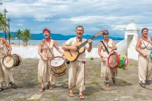 """O projeto """"Verão é + Cultura"""" apresenta, durante os finais de semana de janeiro, diversas atrações na Praia da Enseada."""