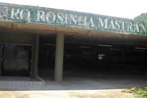 Reportagem mais uma vez encontrou água parada no fosso do único teatro de arena de Santos.