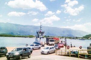Apenas uma embarcação está operando na travessia entre Guarujá e Bertioga,  causando indignação de usuários