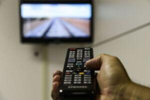 No último trimestre do ano passado, 32,8% dos domicílios com TV tinham contratos com empresas que oferecem acesso a canais por cabo, satélite ou outra tecnologia