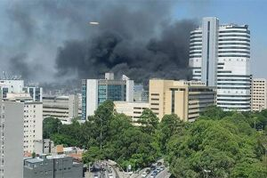O Corpo de Bombeiros deslocou 18 viaturas para o local
