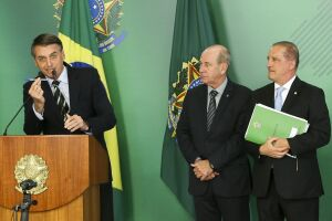Bolsonaro assinou decreto que flexibiliza a posse de armas de fogo no país na terça-feira (15), em cerimônia no Palácio do Planalto
