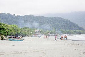 Rio  do Peixe desemboca na Praia do Perequê e é importante para os pescadores da região