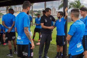 Fábio Carille conversa com jogadores em treino do dia 10/01.