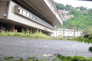 Escola Acácio de Paula Leite Sampaio, na Vila Nova, está abandonada há anos pelo poder público