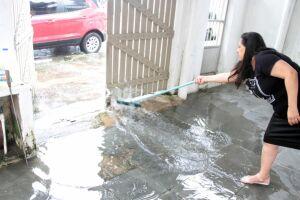 Segundo a moradora, mesmo tirando a água com o rodo, após algum tempo o quintal volta a encher