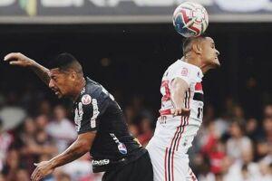 Ralf e Éverton disputam bola em jogo de muita marcação.