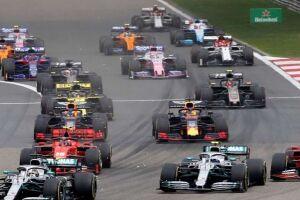 om a vitória na China, Hamilton subiu no pódio da F1 em todas as três corridas da temporada.