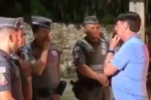 Bolsonaro parou para conversar com policiais em Guarujá.