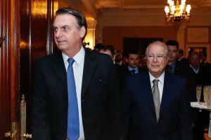 O ministro das Relações Exteriores, Ernesto Araújo, assina a remoção