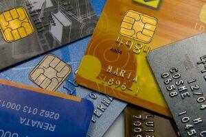 A taxa média do rotativo do cartão de crédito subiu 4 pontos percentuais em relação a fevereiro, chegando a 299,5% ao ano, em março