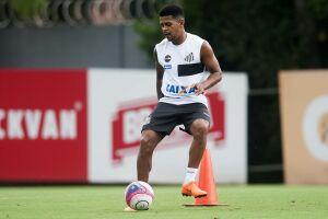 Diogo Vitor tem 22 anos e vinha ganhando espaço na equipe profissional do Santos no ano passado