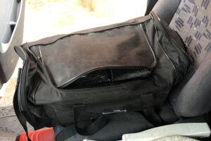 Uma das 42 bolsas do carregamento de cocaína foi apreendida na cabine de caminhão