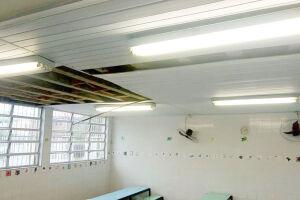 Situação precária nas escolas: a falta de manutenção no telhado provocou vazamento e a derrubada do forro de uma sala de aula