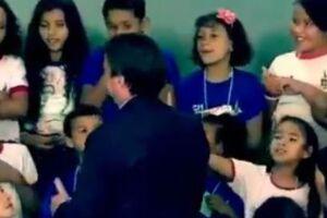 Menina se recusou à cumprimentar Bolsonaro em celebração de Páscoa.