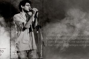 A imagem mostra o artista no palco em uma de suas apresentações.