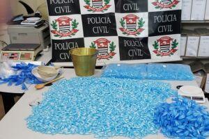 As cápsulas de cocaína foram apreendidas em duas sacolas e em um barraco