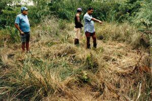 Pesquisadores do Grupo Ufológico de Guarujá (GUG) e as testemunhas investigam a marca de pouso