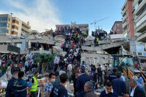 Pessoas lotaram as ruas da cidade de Izmir depois que o terremoto atingiu até 7 graus na escala Richter