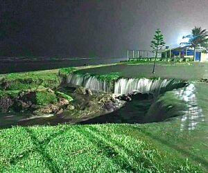Quatro pontos na Avenida Governador Mário Covas Junior sofreram com erosão. Além disso, foram registrados dois deslizamentos de terra na Estrada do Guaraú.