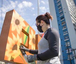 """Neste Dia Internacional da Mulher, as vicentinas ganharam um presente especial: os dois monumentos """"Eu amo São Vicente"""" foram decorados por grafiteiras da Baixada Santista, como forma de homenagear as mulheres."""