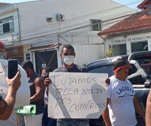 Comerciantes de Itanhaém protestam em frente ao Fórum