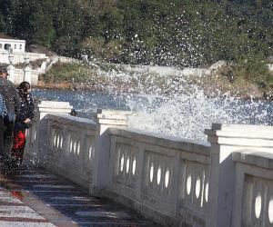 Ressaca atinge Ponta da Praia em Santos: veja as imagens